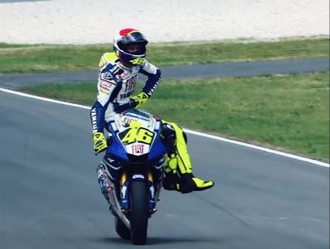 Rossi assis sur sa moto Mugello
