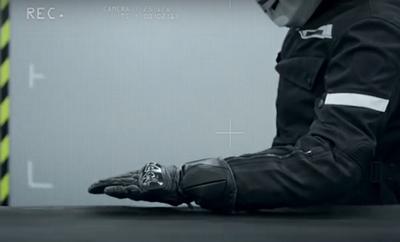 Conduire moto sans gant